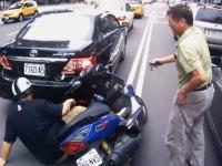 あるある動画。バイクの扱いに慣れてない人が手を貸そうとするとこうなる(´・_・`)