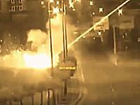 ヘリコプターからの攻撃を受ける警察車両。トルコクーデターの新しい映像キタゾ。