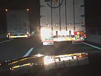 今日のうp主がDQNドラレコ。高速道路で遅いトラックにベタ付けハイビーム&鬼クラクション。
