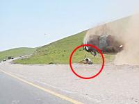 事故って運転席から投げ出され自分の車の下敷きになってしまった男性(°_°)