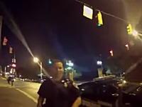 ポケモンGOをプレイしながら車を運転していた若者がパトカーに衝突する。その瞬間の映像。
