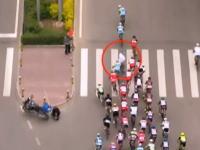 自転車ロードレース(プロ)中に横断歩道を渡る歩行者と選手が接触して大量落車。