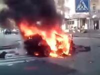 車に仕掛けられた爆弾が爆発してロシアのジャーナリストが死亡。その瞬間が撮影される。