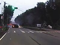 任意保険ちゃんと入ってるかな?埼玉で軽自動車が信号機に突っ込みぶっ倒す(°_°)車載。