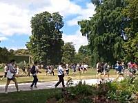 ポケモンGOでフランスのみんなが健康的に。公園で一斉に駆け出すポケラーたち。なにがでたんだ?ww