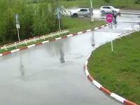 濡れた路面で無茶なバトルをした2台が仲間らをぶっ飛ばし2人を死なせる。