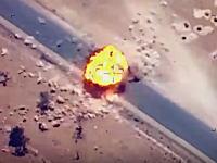 誘導爆弾?イスイスの輸送トラックに連合軍(アメリカ?)の爆弾が命中する瞬間。