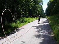ムチの衝撃は伝わるよどこまでも。73メートルもある長いムチをバチーン!と鳴らしてギネス。