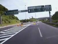 館山道で出口を間違えた車が急ハンドルで戻ろうとしてクッションドラムに衝突ドラレコ。