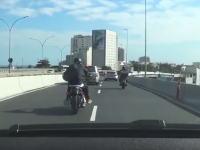 ひど(°_°)高速道路でオラオラぎみの車を抜こうとしたバイクが接触して高架から落ちちゃう。