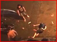 中国の集団暴行があまりにも酷すぎる。倒れた男の頭部に巨大な石を2発投下(°_°)