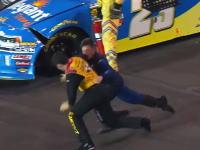 これぞアメリカ。NASCAR大乱闘!クラッシュした二人が車外で殴り合いwww