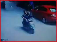 病院から飛び降りた男が走行中のスクーターを直撃(動画)これは迷惑すぎるだろ。