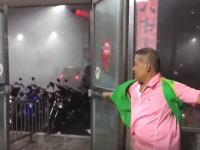台風1号に襲われた台湾のビデオがすっごい(((゚Д゚)))つかおっさん何してんwww