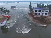 中国www決壊した堤防を復元する為に土嚢を積んだトラックごと突っ込ませるという荒業を使う。