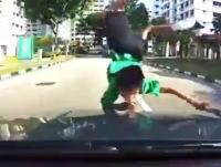 衝撃の事故ドライブレコーダー。バスの影から飛び出した少年をモロにはねてしまった。