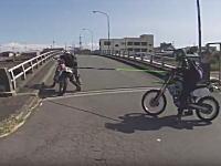 これはどうなのwwwバイク同士の牽引に失敗して土手から落ちちゃう動画(°_°)というか誰も信号を守る気ないwww