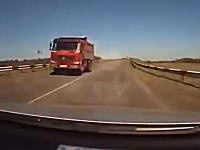 怖すぎワラエナイ。すれ違ったトラックから飛んできた金属片が車にぶっ刺さった(@_@;)