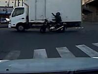 厚木市で撮影されたトラックの側面にオートバイが突っ込む事故の車載ビデオ。