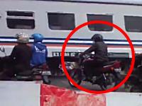 踏み切りで見切り発車したホンダ乗りが逆から来た列車にはねられる瞬間。