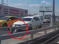 高速道路上に車を止めて車外に出ていた三菱ランサー乗り。後ろから突っ込まれる(°_°)