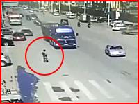 トラックの後輪に踏まれる自殺。走るトラックの後輪めがけてもぐりこむ(@_@;)