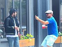 ディカプリオが路上で友人の映画俳優にドッキリを仕掛けている様子がパパラッチされる。