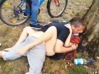 白昼の公園で青姦していたカップルが超注目される。わらわら集まってくるwwww