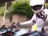 絡んできたバイクの兄ちゃんが大変なことに(´・_・`)これはざまあwwwなのかな?