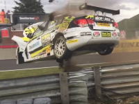 BTCCでガードレールを飛び越えたマシンがカメラさんスタンドを直撃する事故。