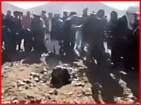 シリアで行われた石打ちによる処刑。アッラーフアクバルを叫びながら石を投げつける。