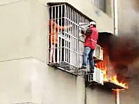 マンション火災でベランダに逃れた女性が防犯柵で脱出できず(@_@;)この柵はどうなの。
