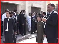 70人死亡。パキスタンで病院を狙った自爆テロ。その瞬間の映像がコワスギル。