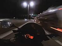 ゴーストライダー再び?夜の高速道路で299km/hメーターを振り切るキチガイライダー現る。