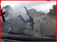 この事故ヤバいな。無茶したセダンから乗員3人が投げ出されて19歳の運転手が死亡。