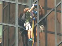 NYにスパイダーマン現る。吸盤で高層ビルをよじ登っていた男、21階で御用になる。