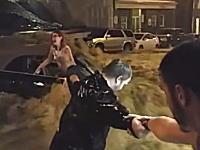 GJ動画。洪水に流されていた車から「人間の鎖」で女性を救助。その一部始終が映像に記録される。