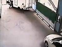 「そっちかよっ!」と思わず突っ込んでしまいたくなる事故のビデオ。