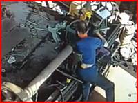 体がすごい曲がり方した(((゚Д゚)))工場の作業員が機械に巻き込まれてしまう映像が(((゚Д゚)))