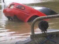何故もっと早く脱出しない?沈みゆくマツダロードスターから女性をギリギリの所で救助。
