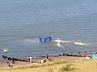 海に不時着してひっくり返ってしまった飛行機とパイロットの命を救った人たち。