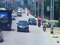 脇見運転か?道をそれた車が対向のバイクと正面衝突してぶっ飛ばす(@_@;)