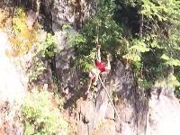痛ってえええ(@_@;)酒を飲んで超高い木の上から川に飛び込もうとした男が大変な事に。