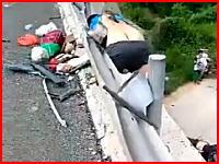 中国の事故現場で撮影されたガードレールの支柱に腹部を貫通された男性の映像。