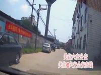 衝撃のGIF動画。路地で暴走して複数の人をはね飛ばす踏み間違い事故ドラジフ。