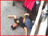 喉を刺されているよな(((゚Д゚)))メキシコの牛追い祭りでノックアウトされた男性がヤバい事に。