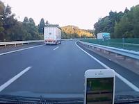 事故りたて?中国自動車道のブラインドカーブで追い越し車線に逆向きで停止してたアクア。