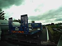 ツイッターで話題の危険運転。高速道路で頭湧いてる運転をする積車と遭遇した車載。