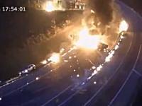 タンクローリーが中央分離帯に衝突して高速道路が火の海に(@_@;)恐ろしい事故の監視カメラ映像が公開される。