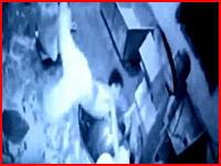 【衝撃のGIF】パン職人が生地をこねる機械に巻き込まれてグニュっとなって死亡。